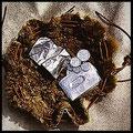Lederobjekt Geldamulett, Geldscheine und Münzen, Kreditkarte in silber Leder eingenäht im Fellbeutel.