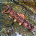 Die Fische der Altmühl, Objekt Flussreiniger. Gerät zur Abflussreinigung aus Kunststoff in Leder eingenäht. Preis auf Anfrage.