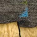 編み終わりの部分と差し色が見えている端部分