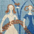向かって左の女性の腕に小さなシミ(1mm)