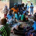 Die Kinder werden in der Gesundheitsstation gegen Mumps, Masern und Röteln geimpft.