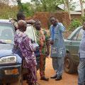 """Das """"Comité villageois du centre de santé"""" mit der Partnerorganisation PASDI im Gespräch."""
