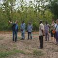 Besichtigung des zu kaufenden Grundstücks und Zugangsweges in der Nähe der bestehenden Gesundheitsstation.