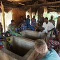 Diskussionsrunde im Schatten eines Strohdaches zusammen mit dem Comité Villageois