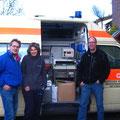 Der neue Krankenwagen wird in Bonn für die Reise beladen