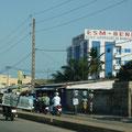Mit äußerstem Geschick transportieren die Beniner jeglichen Gegenstand auf dem Moped –auch Kühlschränke!