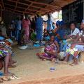 Impftag für Kleinkinder: Frauen warten mit ihren Kindern im Schatten der Gesundheitsstation.