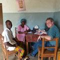 Besprechung mit der Hebamme und dem Chefkrankenpfleger über die Situation der Gesundheits- und Geburtsstation.
