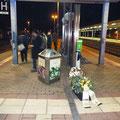 (c) kps - 10.12.2011 - Sarg mit Blumen am Bahnhof Gotha