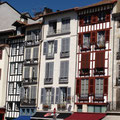 domaine de Millox, Bayonne et ses façades à colombages colorés