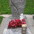 Einzelgrabstätte mit graviertem und vergoldeten Ornament