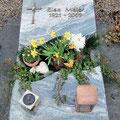 Gedenkstätte liegend mit geschwungenem Ausschnitt
