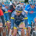 Stefan Lange beobachtet die Fahrer an der Spitze des Feldes