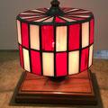 赤と白の市松模様でインパクトのある、直径12cm程のテーブルランプです。
