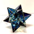 珍しい星型の造形。ディープブルーのガラスの中にLEDツリー電球を仕掛けています。