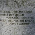 Auch die Rückseite eines Grabsteines kann genutzt werden