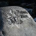 Die Inschrift wird mit Mineralfarbe getönt und handwerklich überarbeitet