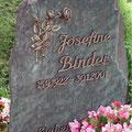 Bronzeschriftzug auf spaltrauher Schieferfläche
