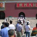 Der Platz des himmlischen Friedens ist wohl das Wahrzeichen von Peking schlechthin. Vom Tor des himmlischen Friedens hat 1949 Mao Zedong die Gründung der Volksrepublik China verkündet.