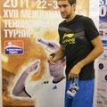 Марин Чилич ставит традиционный автограф на плакате SPB Open