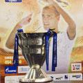 Главный трофей турнира на фотосессии в пресс-центре.