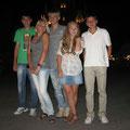 команда гуляет по ночному Нови Саду