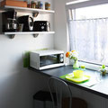 Unsere neue Küche mit Microwelle, Kaffeemaschine, Toaster, Wasserkocher und einer Teeauswahl