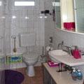 Duschbad (die Dusche befindet sich hinten links)
