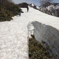 まず鹿俣山頂 1636m 出発後すぐに高さ2mほどのクレバスがお出迎え