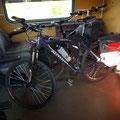 Mit den Fahrrädern im Zug zwischen Vac und Budapest, Ungarn. Leeres Fahrradabteil.