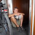 Auf dem Weg nach Bukarest. Mit den Fahrrädern im letzten Waggon bei der Toilette.