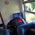 Im Zug von Novi Sad nach Belgrad, Serbien. Im hintersten Waggon zwischen die Sitze gequetscht.