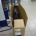 Flughafen Bukarest. Das Fahrrad wird demontiert und verpackt.