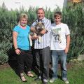 Anton mit seinen neuen Besitzern Silke, Horst und Marcel Stein