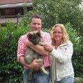 Caesar mit seinen neuen Besitzern Claudia und Daniel am 28.06.2014