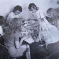 Praktische Abschlussprüfungen in Hauswirtschaft zeitigten gemeinsames Essen mit ihrer Klassenlehrerin Koll. Goebel