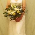 Brautkleid aus champagnerfarbenem, dünnem, gecrashten Seidenchiffon und mehreren Lagen dünner, zartglänzender Seide  Das Oberteil ist anschmiegsam und ohne Stäbchen verarbeitet