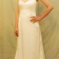 Elegantes Brautkleid aus edlem Stretch-Seiden-Satin Hoher, graziöser Stehkragen und herzförmiger Ausschnitt, fließende Silhouette, kurze Schleppe, Seidenbezogene Knöpfe im Nacken
