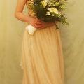 Brautkleid aus champagnerfarbenem, dünnem, gecrashten Seidenchiffon und mehreren Lagen dünner, zartglänzender Seide  Das Oberteil ist anschmiegsam und ohne Stäbchen verarbeite