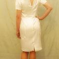 Extravagantes, kurzes Brautkleid aus hochwertigem Stretch-Seiden-Satin  kunstvoller, spitzer Ausschnitt, figurbetonter Schnitt, hinten sexy Schlitz