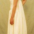 Brautkleid aus zarter, elfenbeinfarbener Seide in doppelter Lage mit aufwendiger Drapierung an der Schulter Anschmiegsame Verarbeitung ohne Stäbchen