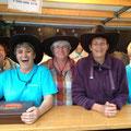 Cow-girls bénévoles 100% Saint-Poisiennes pour le service du dîner