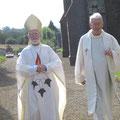 Mgr Gardin se rendant à l'église avec l'abbé Basile pour y célébrer la messe