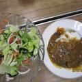 夏野菜のカレーとサラダ