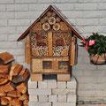 Das Insektenhotel an einer geschützten Südseite einer Mauer.