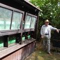 Benno vor dem Bienenhaus
