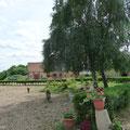 gite beauvais,jardin aménagé,gite de la Loge,écuries en fond,Gite Gisors, proche de Beauvais, à 1 h de Paris, en Picardie, à la campagne