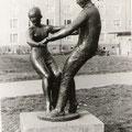 Das tanzendes Paar in der Südstadt Die Bronzeplastik von A. Wittig wurde im ersten Güstrower Neubaugebiet der 1960 Jahre errichtet.