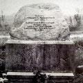 Der Gedenkstein wurde 10 Jahre nach der 1945 durchgeführten Bodenreform im Jahre 1955 zur Erinnerung an dieses Ereignis errichtet