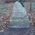 Der Erinnerungsstein von Bewohnern des Bungalow-Siedlung erstellt um 1997